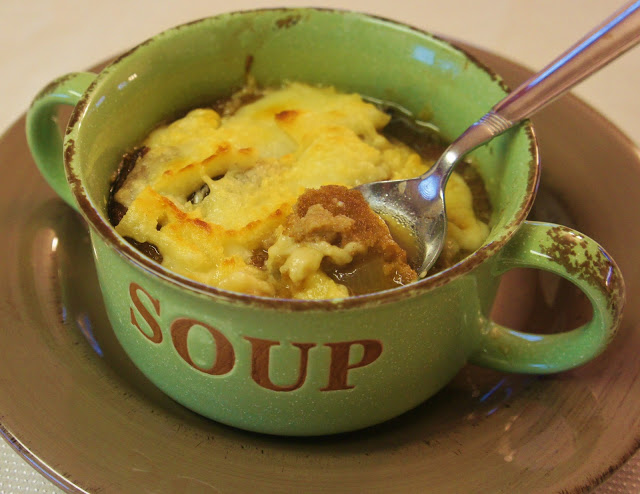 Slow Cooker Simple French Onion Soup #crockpot #slowcooker #soup