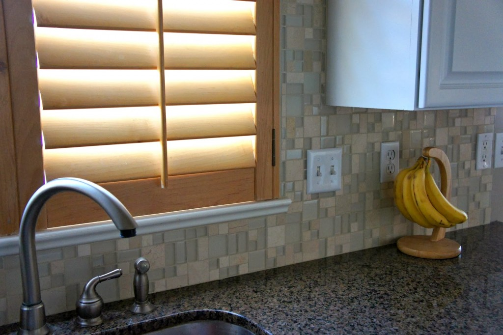 glass and tile back splash up and around the sink is so pretty and