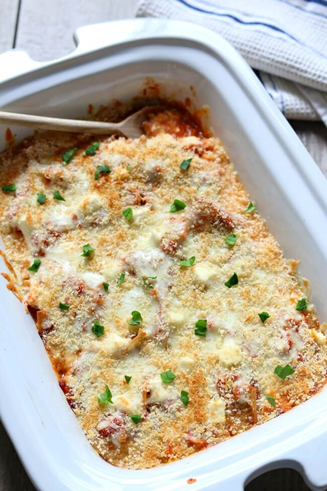 Slow Cooker Chicken Parmesan Lasagna Casserole--tender moist bites of chicken, savory spaghetti sauce, al dente pasta, melty mozzarella, slightly tangy cream cheese and toasted breadcrumbs. All the flavors of your favorite Italian food (chicken parm and lasagna) in one casserole with minimal steps that's made in your crockpot.